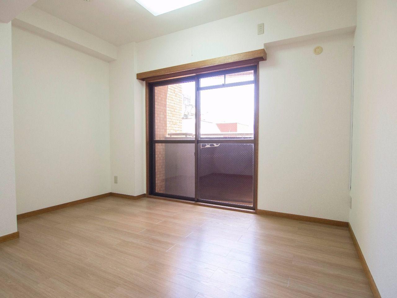 床材はクッションフロアで照明付きの洋室