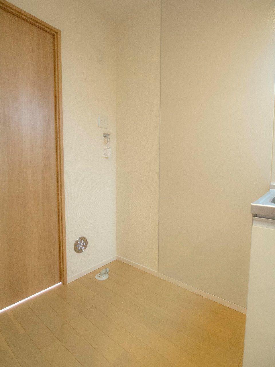 右側に冷蔵庫、左側に洗濯機を置きます(それぞれ60cm四方程度)