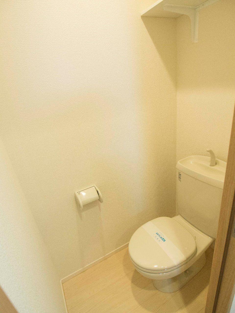 トイレの上にはストック品の収納に便利な上棚付