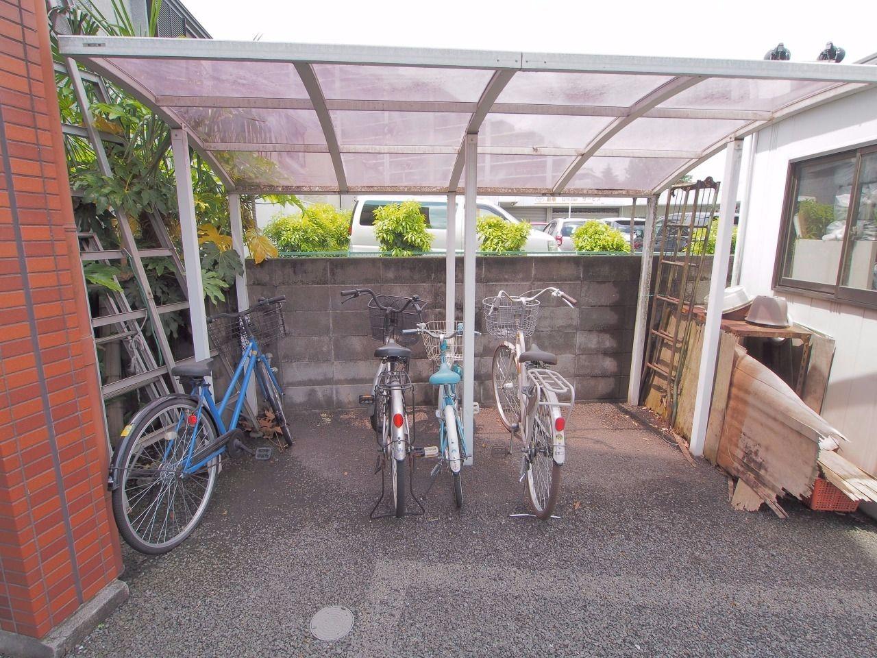 敷地内の駐輪場は雨でも濡れにくい屋根付き