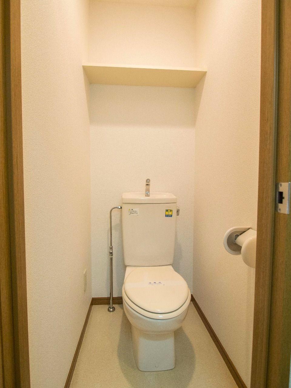 収納棚付のトイレ