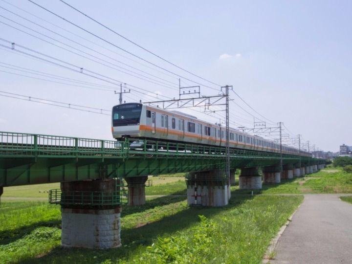 多摩川に掛かる鉄橋を渡る東京行きの中央線