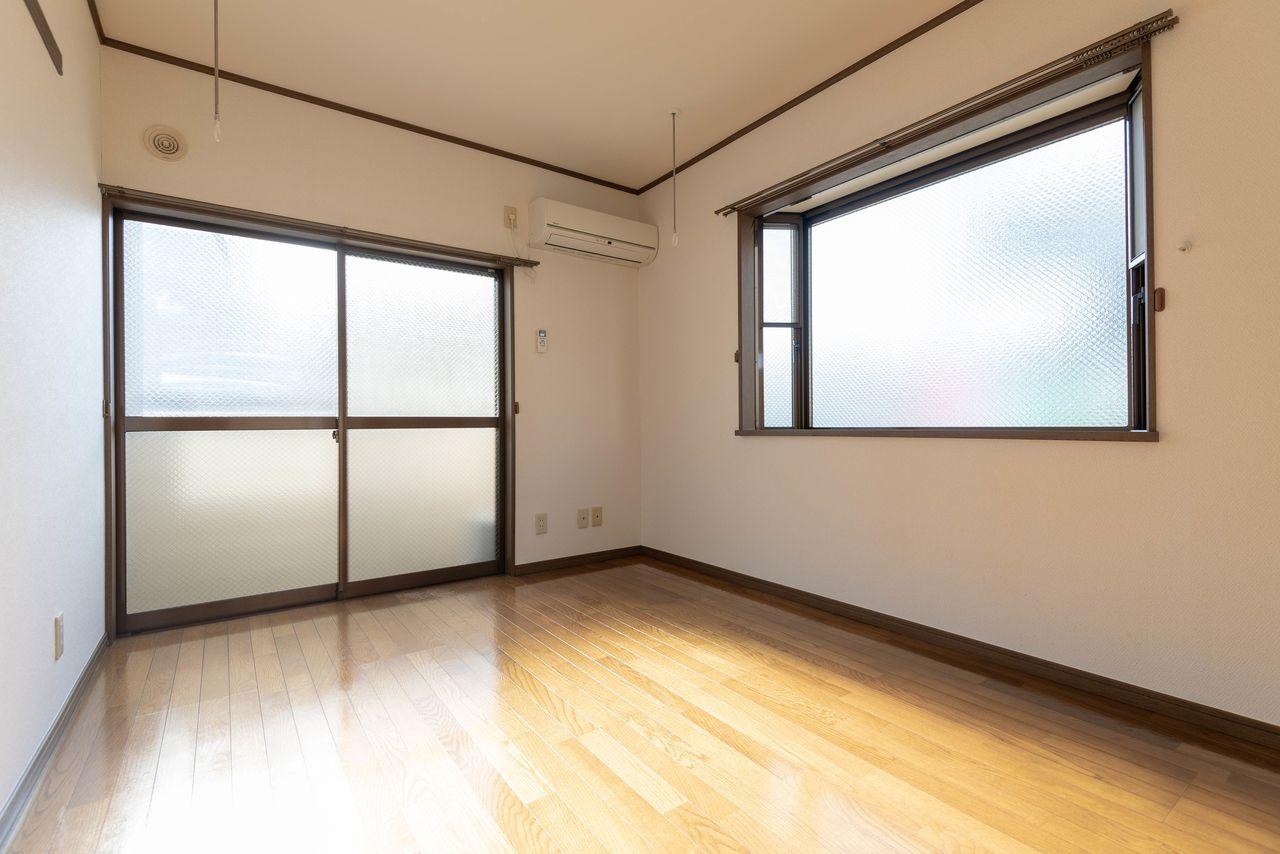 出窓のある2面採光の室内