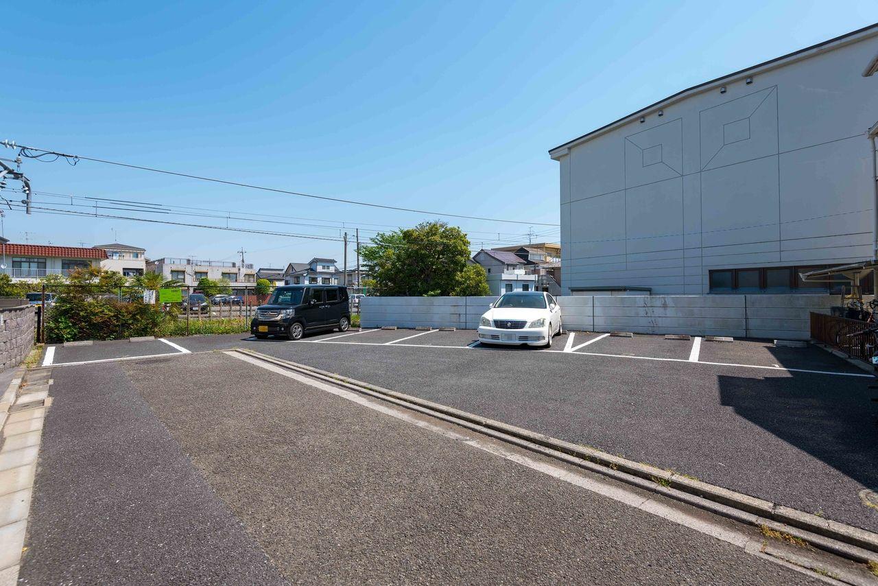 アスファルト舗装の駐車場(7台分)