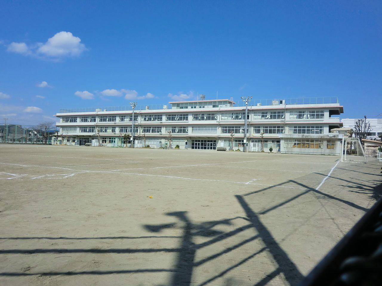 南面に広いグランドのある第一中学校