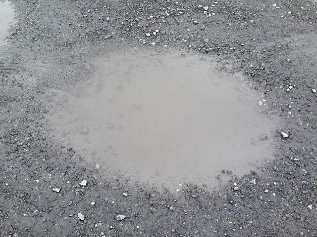 砂利駐車場の水たまり