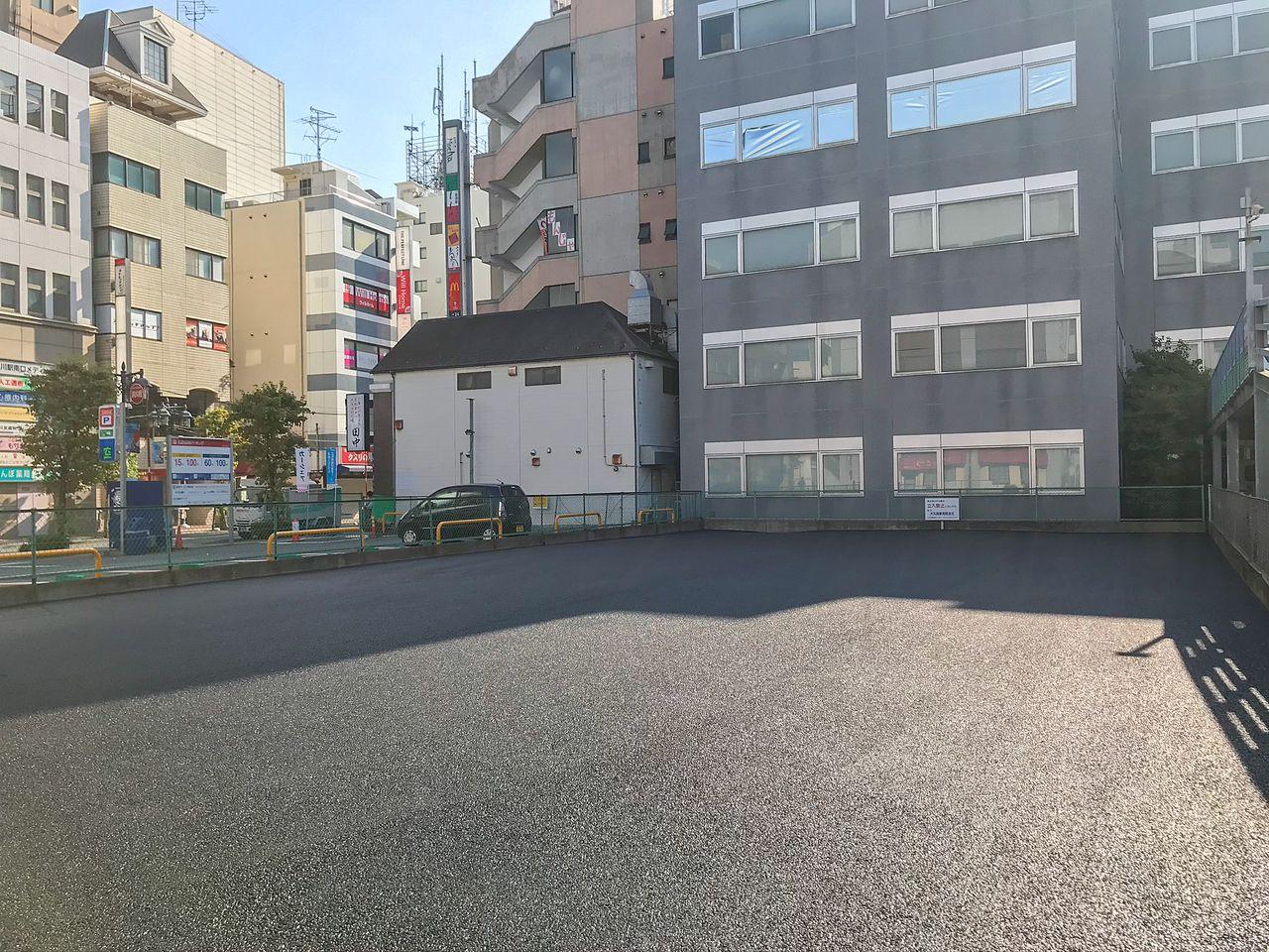 アスファルトで整備した後の駐車場