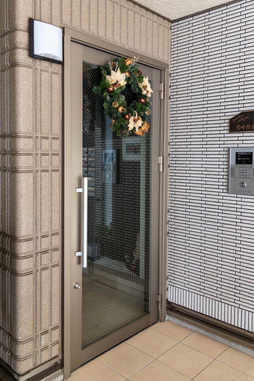オートロック扉に飾られたクリスマスリース
