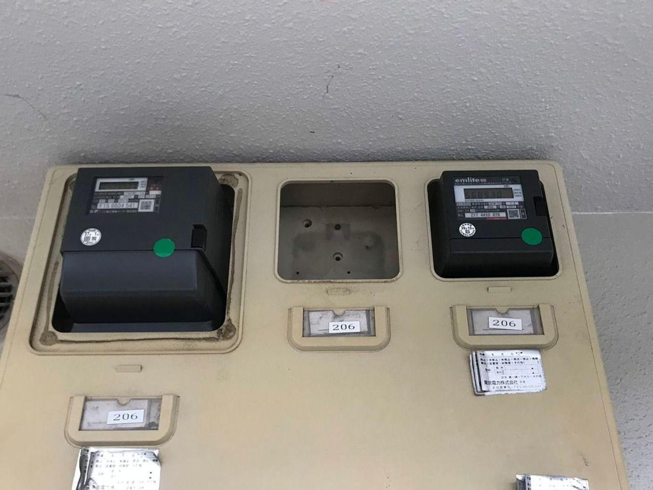 深夜電力タイムスイッチが取り外されたメーターボックス