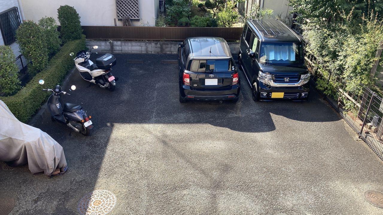 区画線が見えづらく接近した2台の車