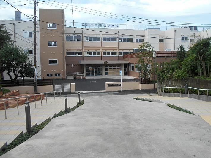 物件から約450mの場所にある学区内小学校